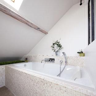 Idée de décoration pour une salle de bain principale design avec une baignoire posée, un carrelage beige et carrelage en mosaïque.