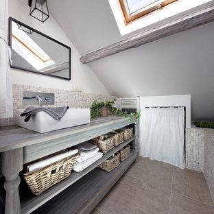 Inspiration för mellanstora moderna grått en-suite badrum, med öppna hyllor, skåp i slitet trä, mosaik, vita väggar, klinkergolv i keramik, ett fristående handfat och träbänkskiva