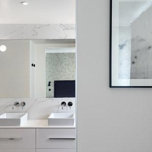 Aménagement d'une grand salle de bain principale contemporaine avec un carrelage blanc, du carrelage en marbre, un mur blanc, un placard à porte plane, des portes de placard blanches et une vasque.