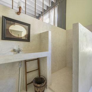 Idée de décoration pour une salle de bain méditerranéenne avec une douche ouverte, un mur vert, un lavabo intégré et aucune cabine.