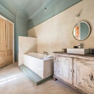 Exemple d'une salle de bain éclectique avec un placard en trompe-l'oeil, des portes de placard en bois vieilli, une baignoire posée, un mur bleu et une vasque.