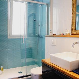 Ejemplo de cuarto de baño con ducha, bohemio, pequeño, con lavabo encastrado, encimera de madera, sanitario de pared, baldosas y/o azulejos grises, baldosas y/o azulejos de cerámica, ducha empotrada y paredes blancas