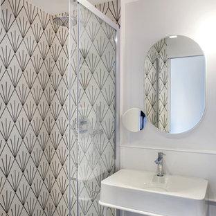 Idee per una piccola stanza da bagno design con piastrelle bianche, piastrelle di cemento, pareti bianche, pavimento con piastrelle in ceramica, lavabo a colonna, pavimento grigio, porta doccia scorrevole e top bianco