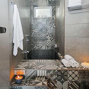 Mittelgroßes Modernes Badezimmer En Suite mit Duschnische, grauen Fliesen, grauer Wandfarbe und japanischer Badewanne in Nizza