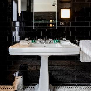 Idée de décoration pour une grand salle d'eau design avec un carrelage noir, un carrelage métro, un sol en carrelage de céramique et un lavabo de ferme.