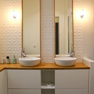 Mittelgroßes Modernes Badezimmer En Suite mit Kassettenfronten, weißen Schränken, bodengleicher Dusche, weißen Fliesen, Terrakottafliesen, weißer Wandfarbe, Keramikboden, Einbauwaschbecken, Waschtisch aus Holz, schwarzem Boden, Schiebetür-Duschabtrennung und brauner Waschtischplatte in Bordeaux