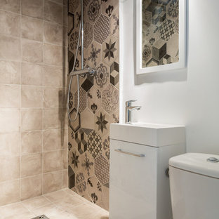 Exempel på ett litet modernt vit vitt badrum med dusch, med släta luckor, vita skåp, en toalettstol med separat cisternkåpa, flerfärgad kakel, vita väggar, cementkakel, en öppen dusch, klinkergolv i keramik, ett fristående handfat, bänkskiva i akrylsten, grått golv och med dusch som är öppen