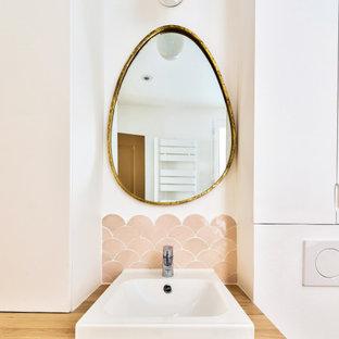 Cette photo montre une petit salle d'eau scandinave avec un placard à porte plane, des portes de placard blanches, une douche à l'italienne, un WC suspendu, un carrelage rose, un mur blanc, un plan vasque, un plan de toilette en bois, un sol beige, aucune cabine, meuble simple vasque et meuble-lavabo encastré.