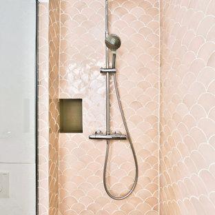 Inredning av ett shabby chic-inspirerat litet badrum med dusch, med släta luckor, vita skåp, en kantlös dusch, en vägghängd toalettstol, rosa kakel, rosa väggar, ett fristående handfat, träbänkskiva, beiget golv och med dusch som är öppen