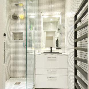 Cette photo montre une salle de bain tendance.