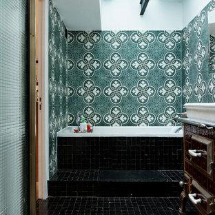 Inspiration pour une salle de bain principale méditerranéenne avec un sol noir.
