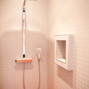 Diseño de cuarto de baño con ducha, contemporáneo, de tamaño medio, con ducha empotrada, baldosas y/o azulejos beige, baldosas y/o azulejos naranja, baldosas y/o azulejos en mosaico y suelo con mosaicos de baldosas