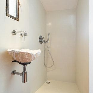 Создайте стильный интерьер: маленькая ванная комната в стиле фьюжн с подвесной раковиной, терракотовой плиткой, белыми стенами, полом из терракотовой плитки, душевой кабиной и душем в нише - последний тренд