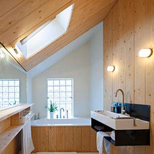 Cette photo montre une salle de bain principale scandinave de taille moyenne avec une baignoire posée, un mur blanc et une grande vasque.