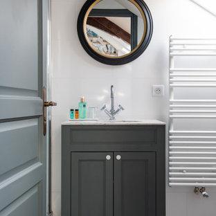 Idées déco pour une salle d'eau classique de taille moyenne avec un placard avec porte à panneau encastré, des portes de placard grises, un mur blanc, un lavabo encastré, un sol gris, un plan de toilette gris, meuble simple vasque et meuble-lavabo encastré.
