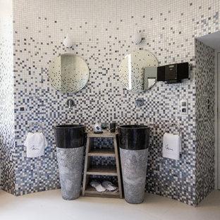 Idée de décoration pour une salle de bain principale design avec une vasque, un carrelage multicolore, carrelage en mosaïque et un mur multicolore.