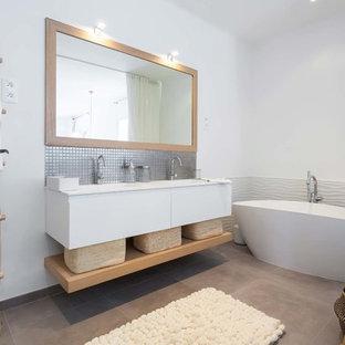 Merveilleux Idée De Décoration Pour Une Grande Salle De Bain Principale Nordique Avec  Des Portes De Placard