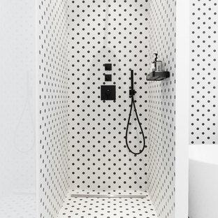 Idées déco pour une petite salle de bain principale contemporaine avec une douche ouverte, un carrelage noir et blanc, un mur multicolore et aucune cabine.