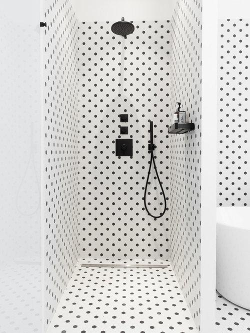Salle de bain avec un carrelage noir et blanc photos et for Petite salle de douche noir et blanc