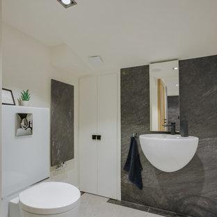 Immagine di una grande sauna minimal con WC sospeso, ante in legno chiaro, piastrelle beige, piastrelle in ceramica, pareti bianche, pavimento con piastrelle in ceramica, lavabo a colonna e porta doccia scorrevole