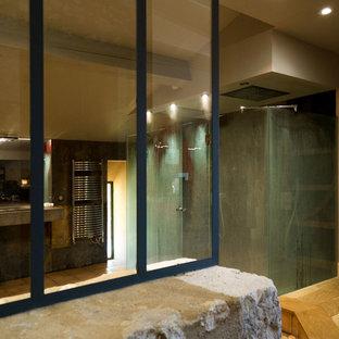 Foto de cuarto de baño con ducha, ecléctico, grande, con armarios tipo vitrina, puertas de armario de madera clara, bañera encastrada, ducha doble, paredes beige, suelo de baldosas de terracota, lavabo integrado, encimera de cemento, ducha con puerta con bisagras, encimeras grises y suelo naranja