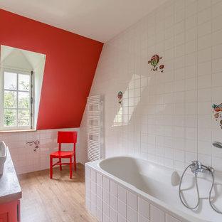 Esempio di una stanza da bagno per bambini design con vasca da incasso, vasca/doccia, piastrelle bianche, pareti rosse, parquet chiaro, lavabo rettangolare, top in legno e pavimento beige