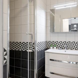 Imagen de cuarto de baño con ducha, nórdico, pequeño, con puertas de armario blancas, ducha empotrada, baldosas y/o azulejos blancas y negros, baldosas y/o azulejos de cerámica, paredes negras, suelo vinílico, lavabo suspendido, encimera de acrílico, suelo beige y encimeras negras