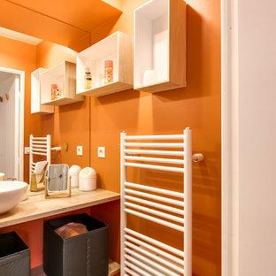 Imagen de cuarto de baño con ducha, contemporáneo, pequeño, con parades naranjas, lavabo sobreencimera, encimera de laminado, armarios abiertos, puertas de armario de madera clara y encimeras beige