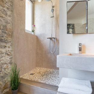 Inspiration pour une petite salle d'eau méditerranéenne avec un lavabo suspendu, une douche ouverte, un placard sans porte, un mur beige, un sol en bois brun, un plan de toilette en béton et aucune cabine.