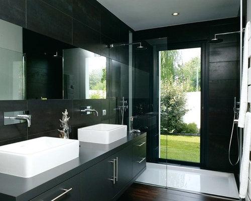 Salle d 39 eau avec un sol en bois fonc et un carrelage noir - Salle de bain noir et bois ...