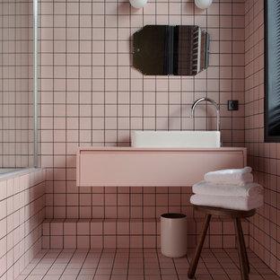 Foto di una stanza da bagno minimalista di medie dimensioni con piastrelle rosa e lavabo da incasso