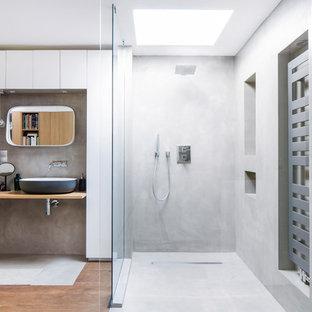 Idee per una stanza da bagno industriale con ante lisce, ante bianche, doccia a filo pavimento, pareti bianche, lavabo a bacinella, pavimento marrone e top beige