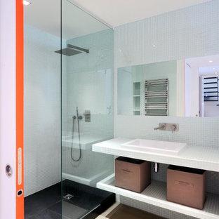 Réalisation d'une salle d'eau design de taille moyenne avec un placard sans porte, une douche ouverte, carrelage en mosaïque, un lavabo posé, un plan de toilette en carrelage, un carrelage bleu et aucune cabine.