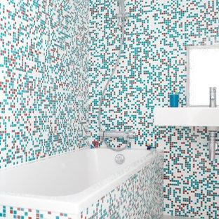 Aménagement d'une salle de bain contemporaine pour enfant avec un lavabo suspendu, une baignoire posée, un combiné douche/baignoire, un carrelage multicolore et carrelage en mosaïque.
