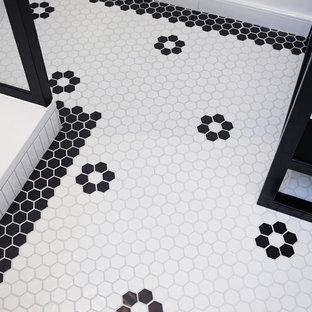 Стильный дизайн: маленькая ванная комната в стиле модернизм с душем без бортиков, инсталляцией, белой плиткой, плиткой мозаикой, белыми стенами, полом из мозаичной плитки, душевой кабиной, настольной раковиной, столешницей из нержавеющей стали, белым полом, шторкой для ванной, черной столешницей, тумбой под одну раковину и напольной тумбой - последний тренд