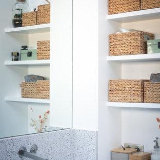 Exempel på ett mellanstort industriellt en-suite badrum, med ett platsbyggt badkar, våtrum, en vägghängd toalettstol, blå kakel, keramikplattor, blå väggar, klinkergolv i keramik, ett undermonterad handfat, bänkskiva i terrazo, grått golv och med dusch som är öppen
