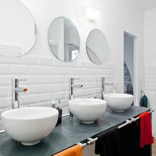 Aménagement d'une salle de bain industrielle de taille moyenne pour enfant avec un carrelage blanc, un carrelage métro, un mur blanc et une vasque.