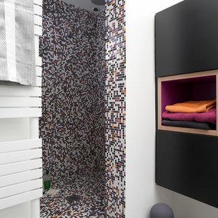 Idée de décoration pour une petite salle de bain design avec un placard à porte plane, des portes de placard noires, un carrelage multicolore, carrelage en mosaïque, un mur blanc et un sol en carrelage de terre cuite.