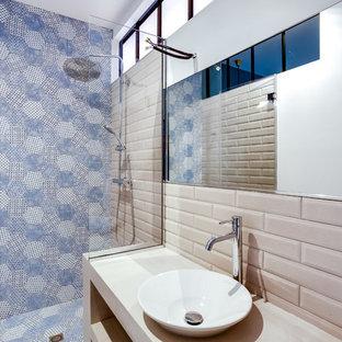 Ispirazione per una piccola stanza da bagno con doccia minimal con doccia a filo pavimento, piastrelle beige, piastrelle a listelli, pareti bianche, top in cemento, pavimento in cementine, lavabo da incasso, pavimento blu e porta doccia a battente