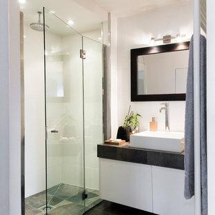 Ispirazione per una stanza da bagno con doccia contemporanea di medie dimensioni con ante bianche, doccia a filo pavimento, pareti bianche, pavimento con piastrelle in ceramica, lavabo a bacinella e top piastrellato