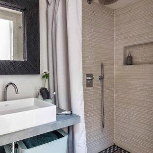 Новый формат декора квартиры: ванная комната в современном стиле с душем без бортиков, белыми стенами, душевой кабиной, настольной раковиной, бежевой плиткой, черно-белой плиткой, столешницей из нержавеющей стали и шторкой для душа