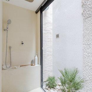 Réalisation d'une salle de bain design de taille moyenne avec un mur beige.