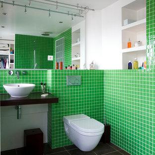 Inspiration pour une salle d'eau design de taille moyenne avec une vasque, un WC suspendu, un carrelage vert, carrelage en mosaïque, un mur blanc et une douche ouverte.