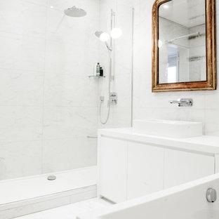 Cette image montre une douche en alcôve principale design de taille moyenne avec une baignoire posée, un carrelage blanc, un mur blanc, une vasque et des carreaux de porcelaine.