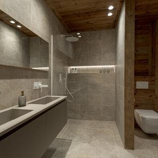 リヨンの大きいラスティックスタイルのおしゃれなマスターバスルーム (グレーのキャビネット、段差なし、分離型トイレ、マルチカラーのタイル、セラミックタイル、ベージュの壁、セラミックタイルの床、オーバーカウンターシンク、珪岩の洗面台、グレーの床、オープンシャワー) の写真