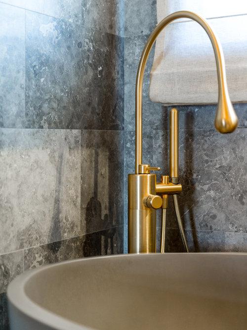 Salle de bain avec un plan de toilette en marbre et du for Carrelage en pierre calcaire