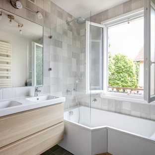 Inspiration för ett mellanstort funkis en-suite badrum, med släta luckor, skåp i ljust trä, ett undermonterat badkar, vit kakel, grå kakel, vita väggar, ett undermonterad handfat och med dusch som är öppen