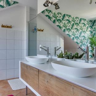 Aménagement d'une grande douche en alcôve principale contemporaine avec un carrelage blanc, un placard à porte plane, des portes de placard en bois brun, un mur blanc, un sol en carreau de terre cuite, une vasque, un sol marron, une cabine de douche à porte battante et un plan de toilette blanc.