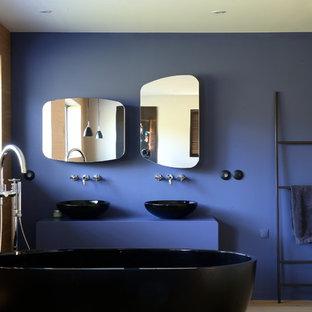Immagine di una stanza da bagno padronale minimal di medie dimensioni con vasca freestanding, pareti blu, lavabo a bacinella, top in cemento e top blu