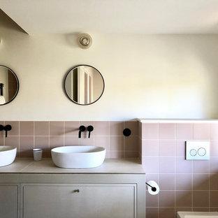 Foto di una piccola stanza da bagno con doccia minimal con ante a filo, ante beige, doccia a filo pavimento, WC sospeso, piastrelle rosa, piastrelle in ceramica, pareti bianche, pavimento con piastrelle in ceramica, lavabo da incasso, top piastrellato, pavimento beige e top beige